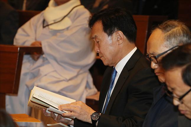 책을 탐독하고 있는 손학규 바른미래당 대표의 모습(자료사진). ⓒ데일리안 홍금표 기자