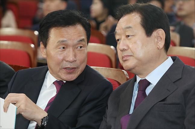 손학규 바른미래당 대표와 김무성 자유한국당 의원이 7일 오후 국회 의원회관에서 열린