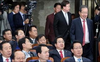 한국당 친박, 검찰수사부터 인적청산까지...'내우외환'