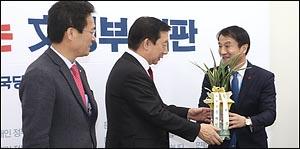 문재인 대통령 축하 난 전달 받는 김성태