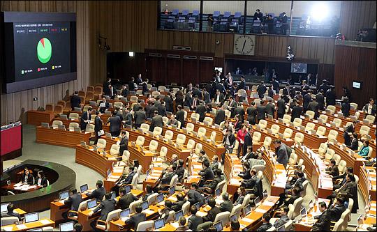 민주당·한국당 3석差…與 1당 지위 경고등, 국회의장직도 안갯속