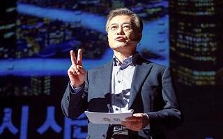 """文대통령 지지율 60%대 첫 붕괴…""""이 정도면 훌륭"""" vs """"더 떨어진다"""""""
