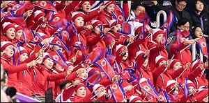 [평창2018]인공기 흔들며 응원하는 북한 응원단