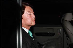 [지방선거] 굳은 표정의 안철수...'완패 예측'