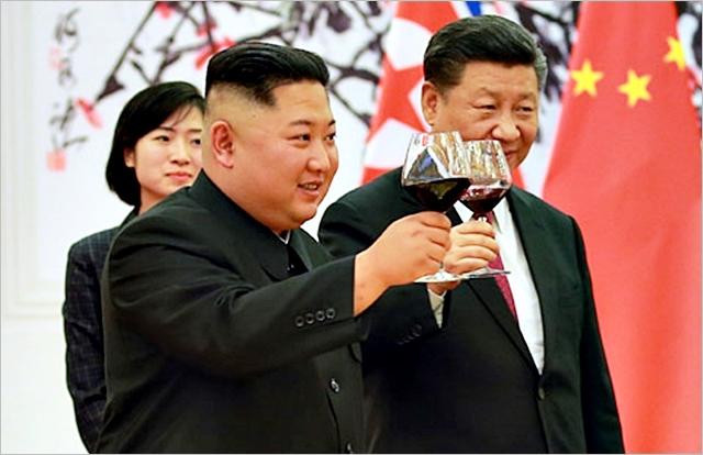 김정은 끌어안는 시진핑, '비핵화 지연' 노리나
