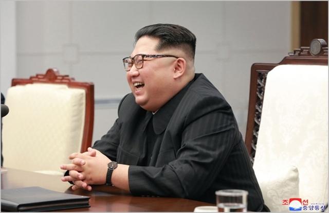 北매체, 김정은 웃는 사진 집중보도…노련한 지도자 이미지 구축 포석