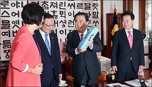 북한 특산품 '류경술' 선물 받는 문희상 의장