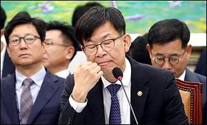 표정 굳은 김상조 공정거래위원장