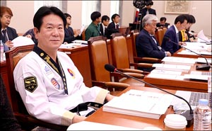 태권도복 입고 국감 참석한 이동섭 의원