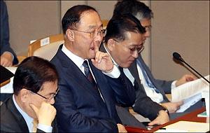 경제부총리 유력 거론, 홍남기 예결위 출석