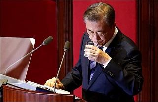 '뚝뚝 떨어지는' 文대통령 지지율 51.0%